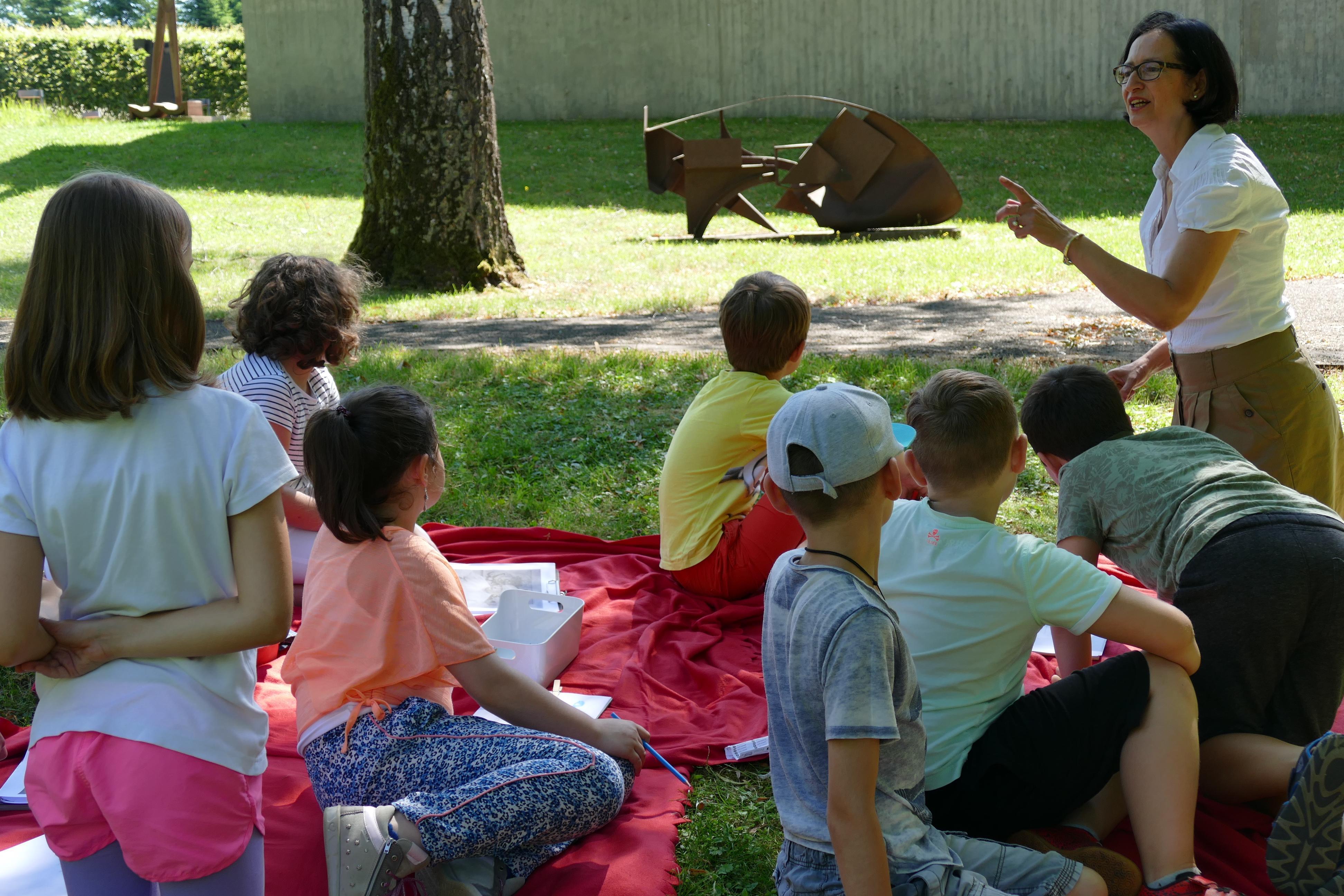 Schulkinder im Garten der Sammlung Domnick