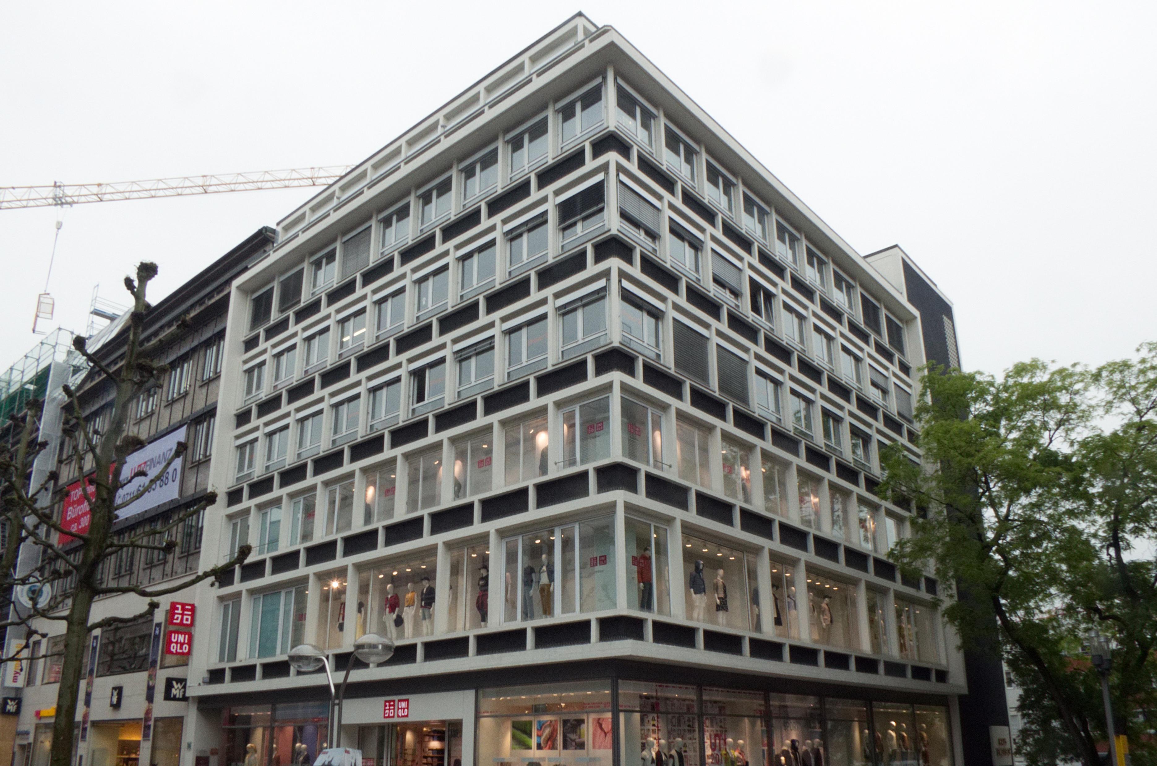 """Das Haus """"Englisch"""" in der Königsstraße 33 in Stuttgart von Paul Stohrer, 1954; Foto: Wikipedia, Zinnmann"""