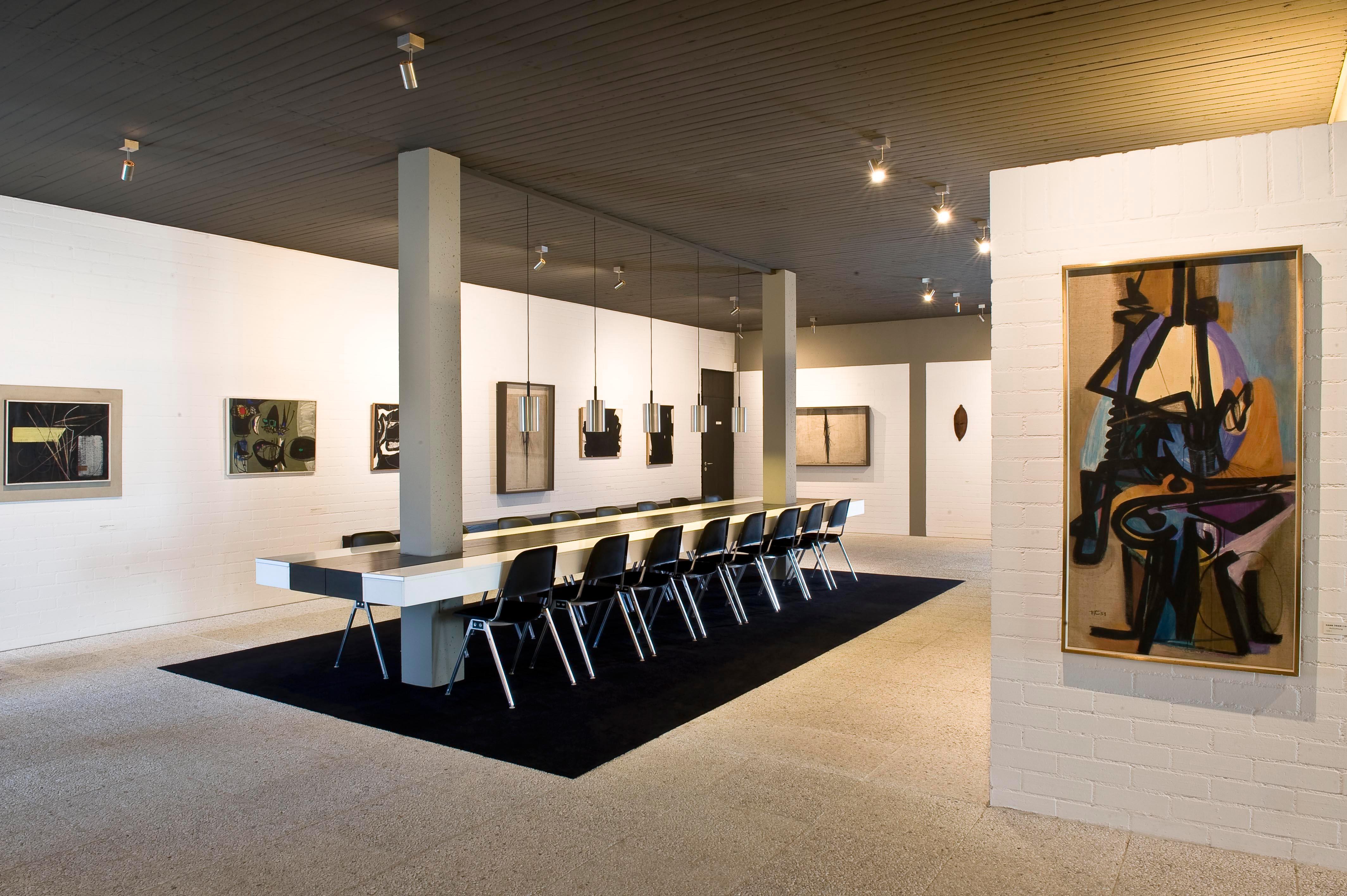 Sammlung Domnick, Einbautisch der Firma Behr und Stapelstühle der Firma Knoll von Don Albinson; Foto: Stiftung Domnick, Rose Hajdu