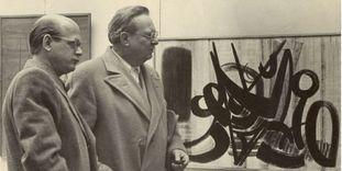 Ottomar Domnick und Willi Baumeister vor einem Werk von Hans Hartung