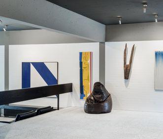"""Sammlung Domnick, Detail aus dem Museumsraum mit Werk """"Stele 14.XII.1966"""" von Max Ackermann; Foto: Staatliche Schlösser und Gärten Baden-Württemberg, Günther Bayerl"""