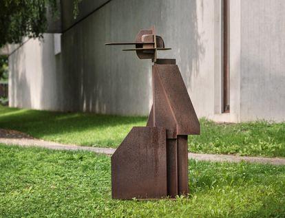 """Plastik von Max Schmitz """"Felder eines Menschen in Bewegung"""" 1979"""