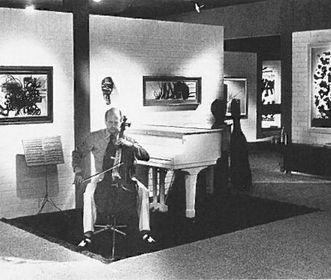 Ottomar Domnick spielt Cello in der Sammlung Domnick, 1975