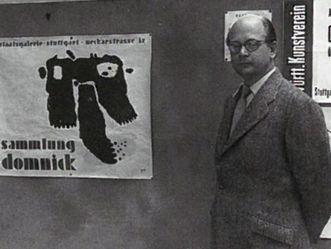 Ottomar Domnick vor einem Plakat zu seiner Sammlung in Stuttgart 1952