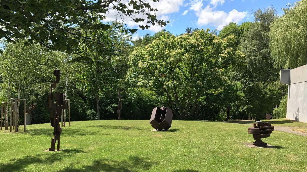 Skulpturen im Garten der Villa Domnick