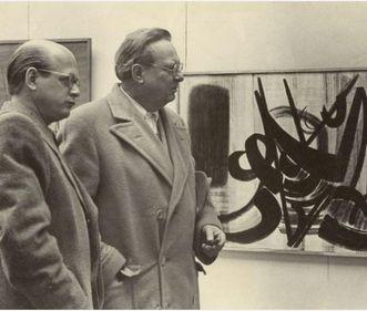 Domnick und Baumeister vor einem Gemälde von Hans  Hartung